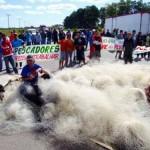 Protesto de armadores da pesca de emalhe fecha a BR-392 em Rio Grande