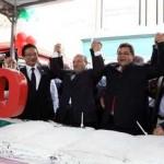 """Com bolo de 50 metros, população canta """"parabéns"""" para Osasco"""
